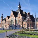 Ancien et nouveau: la visite du musée commence au sein de la gare de Schaerbeek et mène aux quatre halls d'exposition en passant par le quai