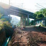 Um das Ablaufen von Niederschlägen abzusichern wird das Gleisbett mit einem performanten Drainagesystem ausgestattet. Links im Bild: Ein Drainagerohr
