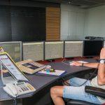 A partir de son poste de travail, le régulateur sous-station peut télécommander des appareils de coupure et assure ainsi le contrôle de l'alimentation électrique du réseau ferré entier. En cas de perturbation, le régulateur en est averti par des alarmes acoustiques et visuelles. Le challenge : rechercher et identifier le défaut dans les meilleurs délais possibles, en recueillant un maximum d'informations. Une communication étroite avec les postes directeurs , les conducteurs de train et les agents du terrain est indispensable pour le régulateur afin de pouvoir trouver le lieu exact du défaut. Le CSS télécommande près de 650 appareils de coupure, par l'intermédiaire de près de 60 « postes asservis » automatisés, répartis un peu partout au Grand-Duché.