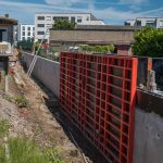 In Arbeit: Holz-Beton-Mauer bei Schifflingen.