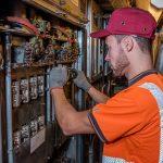 Ramon s'occupe également de l'échange de composantes électriques dans la salle des machines.