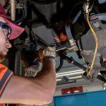 En tant que mécatronicien, Ramon travaille sur des locomotives électriques. Dans son quotidien il effectue, par exemple, des travaux mécaniques en-dessous des véhicules.