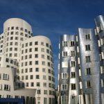 Des architectes de renommée internationale ont créé à Düsseldorf le port des médias, un environnement diversifié où cohabitent architecture traditionnelle et moderne. Des visites du port des médias (inscriptions auprès de Düsseldorf Tourismus GmbH) sont même proposées aux touristes. Une offre gastronomique complètera la promenade sur le port.