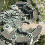 Le Parlement régional de Rhénanie-du-nord-Westphalie mérite lui aussi une visite. Düsseldorf est depuis 1946 la capitale du Land de Rhénanie-du-Nord-Westphalie, mais le bâtiment actuel du Parlement régional n'est en fonction que depuis 1988. L'ancien bâtiment du Landtag, la Ständehaus (Maison des États), abrite aujourd'hui une partie de la collection d'art de Rhénanie-du-Nord-Westphalie.
