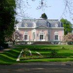 Le château de Benrath se trouve au sud de Düsseldorf. C'est l'un des plus beaux châteaux du 18e siècle. Son parc pittoresque invite à des promenades prolongées. Les ailes ouest et est du château bâti par l'architecte Nicolas de Pigage abritent les musées des sciences naturelles et d'art botanique européen.