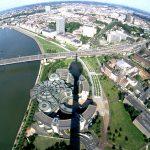 Avec ses 240,50 mètres de hauteur, la tour de la télévision de Düsseldorf est l'édifice le plus haut de la ville et l'un de ses emblèmes les plus connus. Près de 300.000 personnes la visitent chaque année pour profiter d'un panorama unique en son genre.