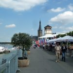 La Rheinuferpromenade, célèbre lieu de flânerie le long du Rhin, relie le port des médias à la vielle ville de Düsseldorf: deux endroits à visiter d'office! Bars, cafés et restaurants invitent à la détente.