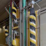 Le hall de nettoyage comporte 8 portails de lavage. Chacun d'entre eux est équipé, des deux côtés, de diverses brosses permettant de d'atteindre les différentes surfaces du matériel roulant.