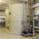 Une fois que les huiles et matières graisses ont été séparées, l'eau est hébergée dans des réservoirs d'une capacité de 10.000 litres. Au sein de ces conteneurs, l'eau est maintenue en mouvement sans cesse pour garantir sa qualité. Peu à peu l'eau est alors introduite dans des récipients de réaction dans lequel des bactéries assurent que les saletés flottantes se déposent.