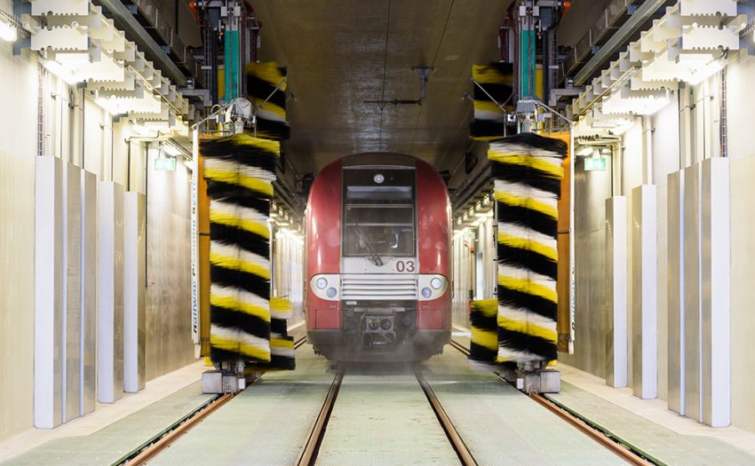 After the catenary has been grounded in the cleaning hall, the washing process starts at the push of a button. For cleaning, a pH-neutral wash foam is sprayed onto the rolling stock.