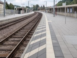 Sometimes, white diagonal stripes are added between the podotactile safety line and the platform edges.