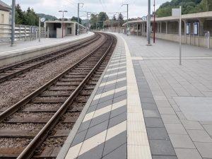 Manchmal kommen zwischen dem Bahnsteigrand und der podotaktilen Sicherheitslinie diagonale Streifen hinzu.