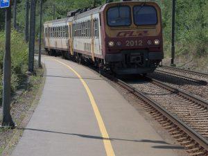 Mehrere Bahnsteige durchs Land werden noch mit gelben Sicherheitslinien ausgestattet.