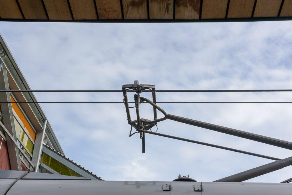 L'électricité circulant de ou vers la caténaire passe par le pantographe.